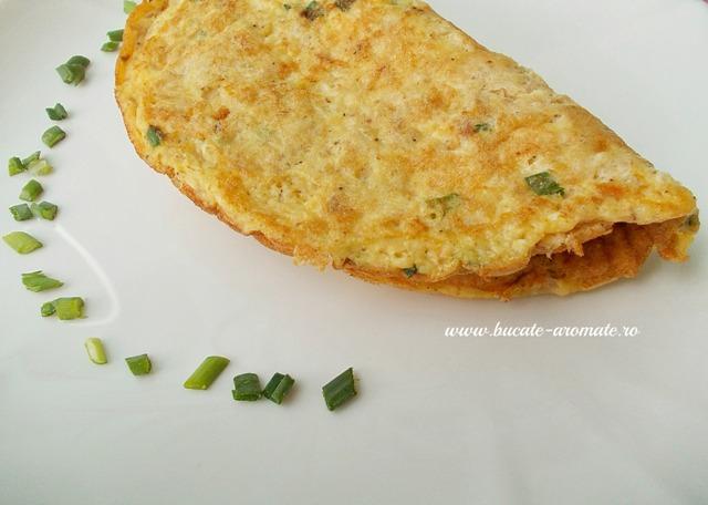 omletă cu ton şi ceapă verde