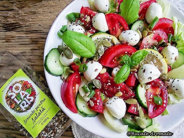 Salată cu roşii, mozzarella şi seminţe fel de fel