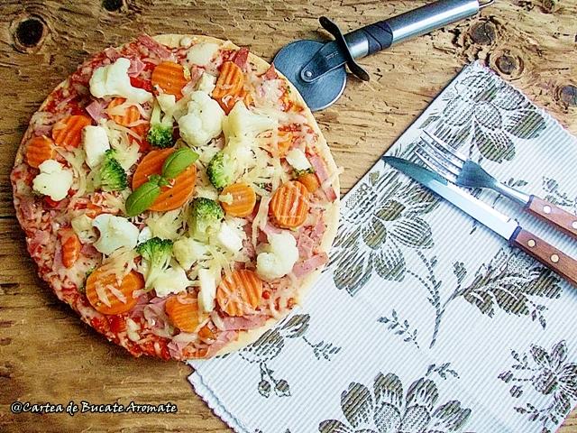 pizza cu multe legume si putina sunca