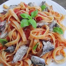 Tagliatelle cu sardine si sos de rosii