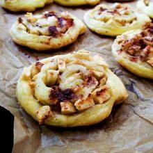 Rulouri din foietaj cu mere şi nuci