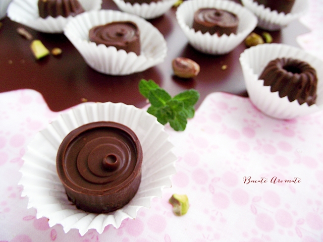 Praline de ciocolată cu mentă şi fistic