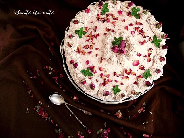 Tort cu cremă de trandafiri și lămâie