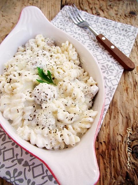Paste cu ciuperci şi sos de parmezan