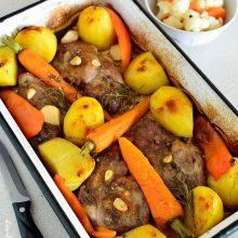Ceafă de porc la tavă cu vin roşu şi legume aromate