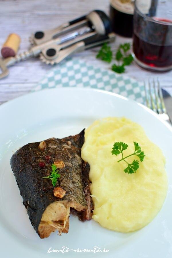 Peşte la cuptor în sos de vin roşu cu usturoi