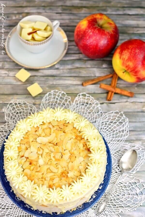 Tort cu mousse de mere coapte şi scorţişoară