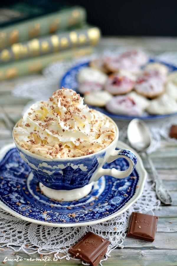 Cafea alintată cu frişcă şi lichior de ciocolată