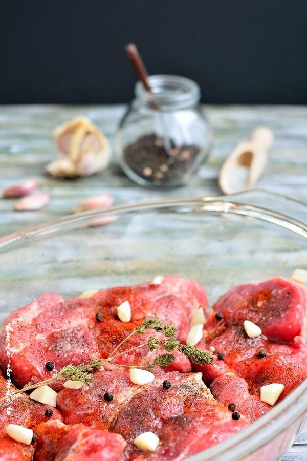 Ceafă de porc la cuptor cu sos de roşii şi usturoi