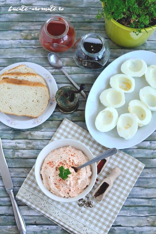 Cremă de brânză cu boia de ardei şi seminţe de chimen