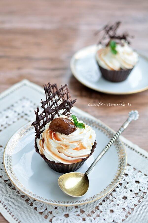 Cupe de ciocolată cu frişcă şi dulceaţă de nuci