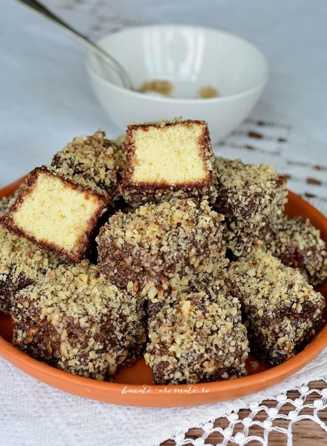 Prăjitura tăvălită în două variante (Lamington)