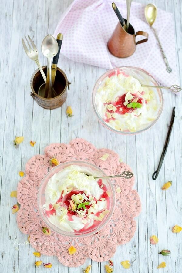 Desert rapid cu frişcă, ciocolată albă şi dulceaţă de trandafiri