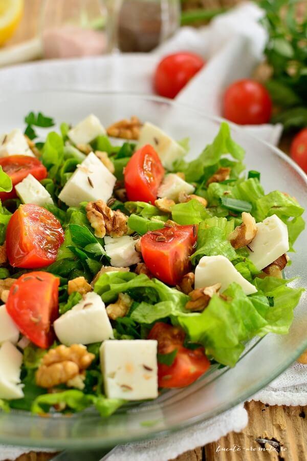 Salată cu brânză, nuci şi seminţe de chimen