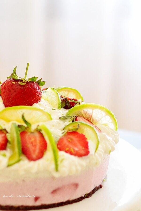 Tort vegan de îngheţată cu cocos şi căpşuni