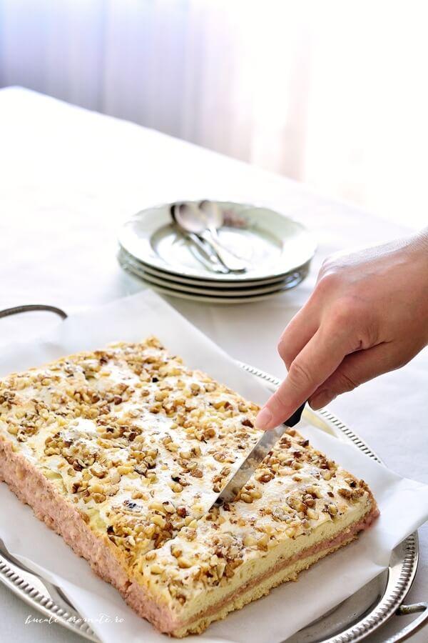 Prajitura cu crema de serbet si glazura de bezea cu nuca