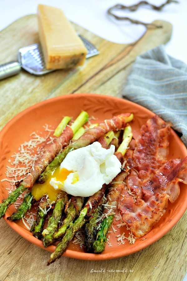 Sparanghel invelit in bacon cu parmezan si ou posat