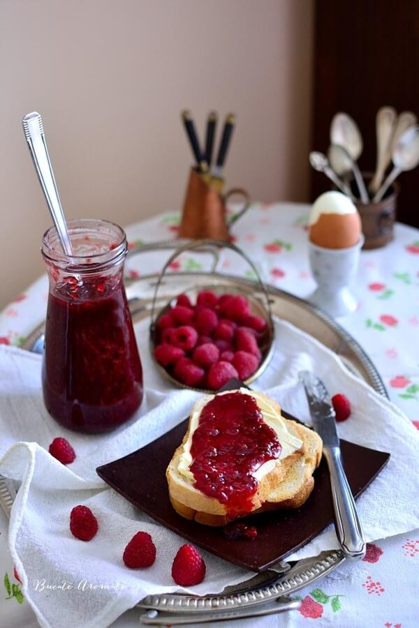 Mic dejun cu paine, unt si dulceata