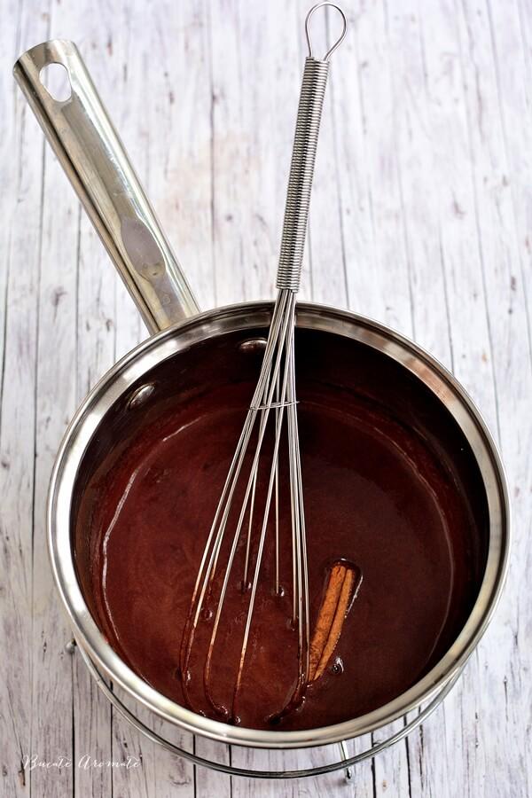 Ciocolată caldă cu vin roşu, piper şi cardamon