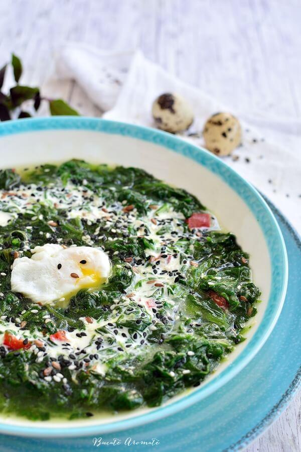 Mâncare de spanac cu smântână și ouă de prepeliță
