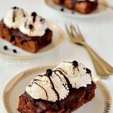 Prăjitură cu frișcă, ciocolată și afine din afinată
