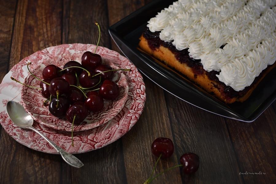 Prăjitură răsturnată cu cireșe