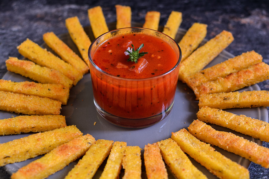 Batoane de mămăligă la cuptor cu sos de roșii și usturoi
