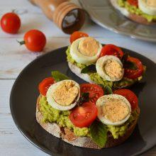 Sandviș cu avocado, ou fiert și roșii cherry