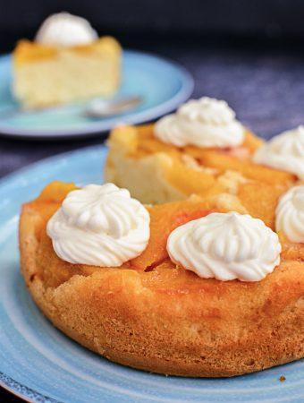 Prăjitură răsturnată cu piersici