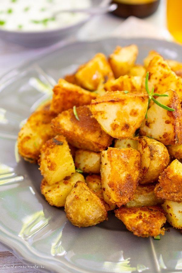 Cartofi noi la cuptor cu pesmet și usturoi