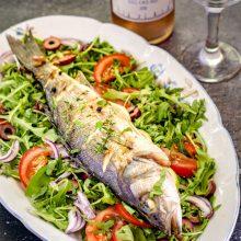 Biban de mare la cuptor cu salată de rucola și sos de lămâie