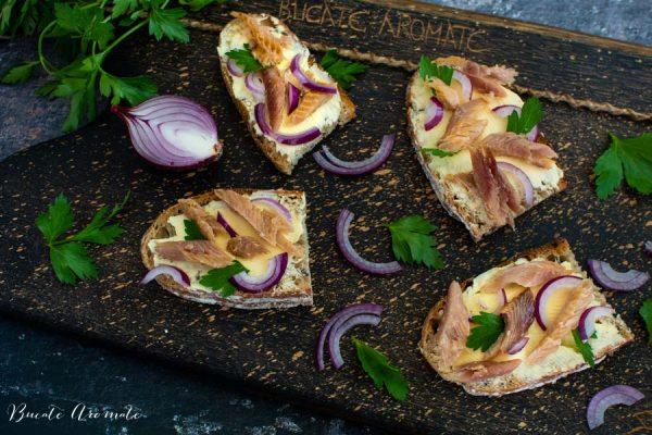 sandvișuri cu unt și scrumbie afumată