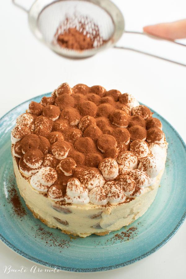 Tort tiramisu pudrat cu cacao