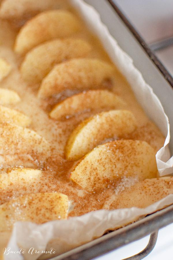 felii de mere asezate pe prajitura