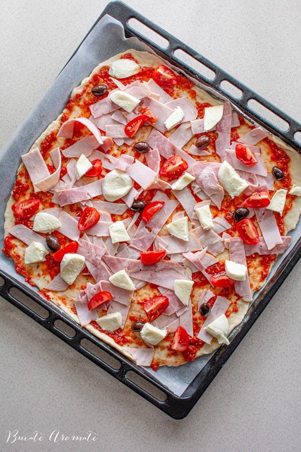 Pizza la tavă înainte să intre în cuptor