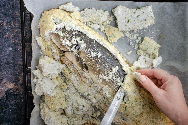 Curătare pește pe pat de sare