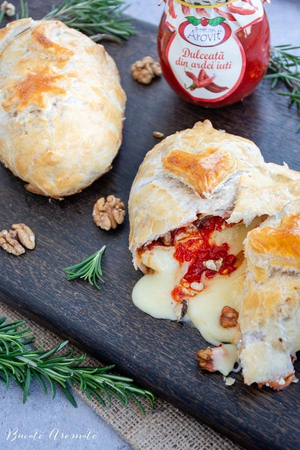 Brânză brie în foietaj cu dulceață de ardei iuți și rozmarin
