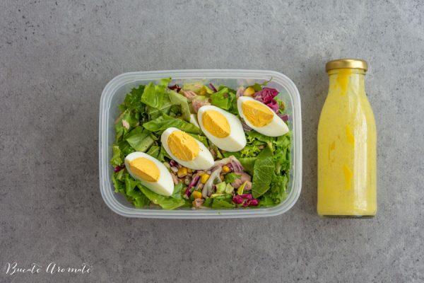 caserola cu salată și dressing pentru pachet