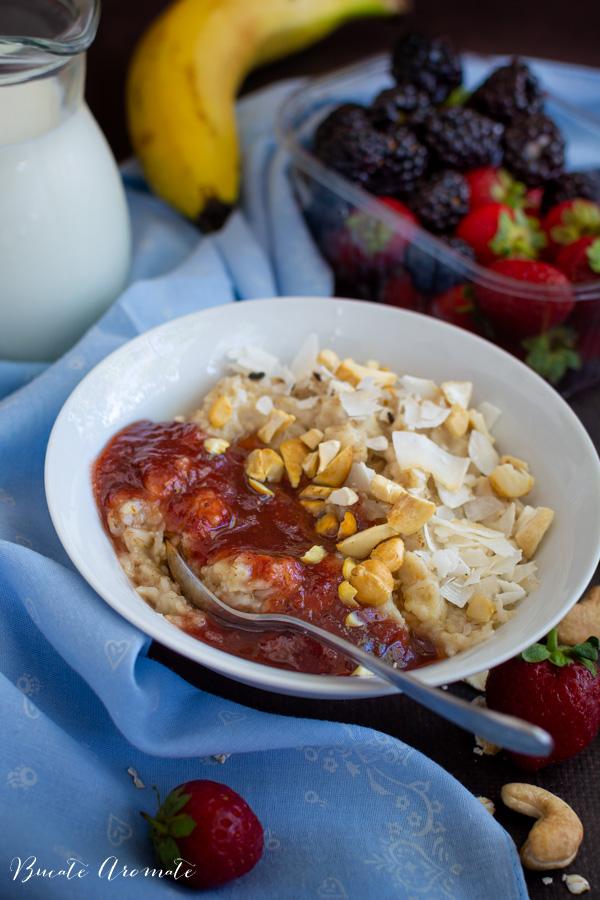 Porridge de ovăz cu gem, alune și fulgi de cocos