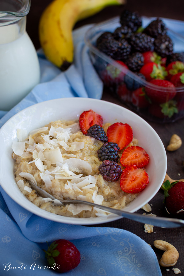 Porridge de ovăz cu cocos și fructe proaspete