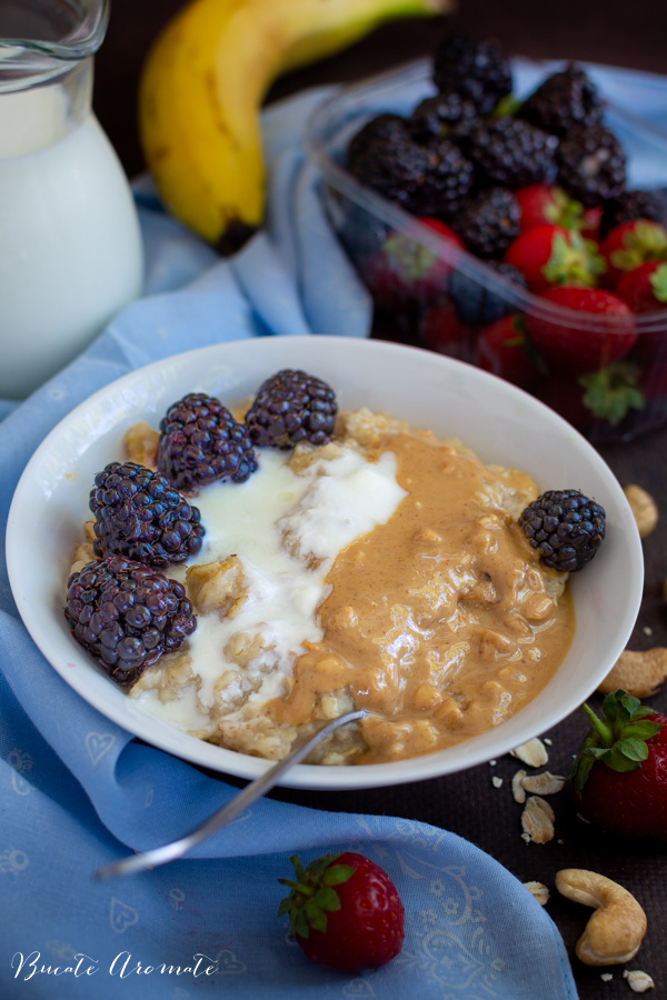 Porridge de ovăz cu unt de arahide, mure și iaurt