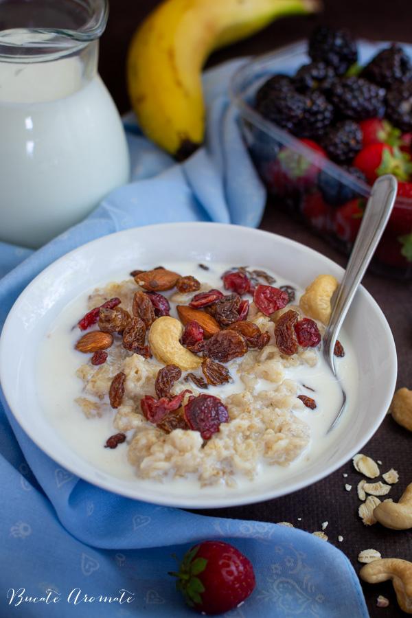Porridge de ovăz cu lapte, fructe uscate și nuci